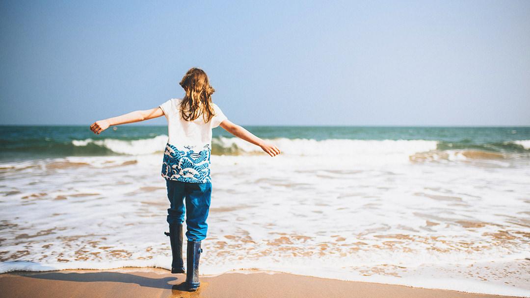 Core Change Coaching eine Frau geniesst ihr Anderssein am Strand