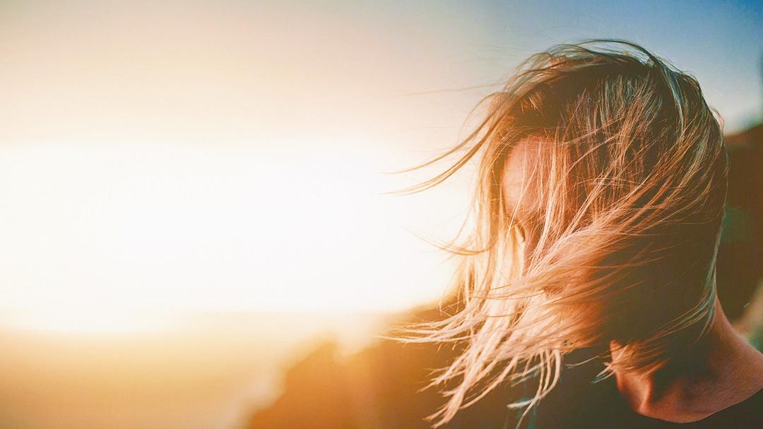 Core Change Coaching einsame Frau im Sonnenlicht